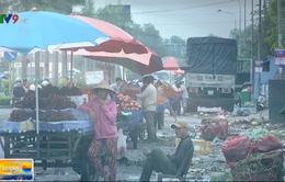 Nhếch nhác đường vào chợ đầu mối Bình Điền, TP.HCM
