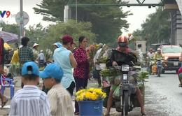 Khó giải quyết tình trạng buôn bán nhếch nhác ngoài chợ Bình Điền, TP.HCM