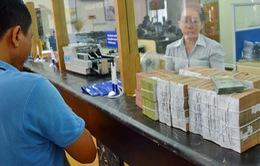 Tạm giữ người mang 100.000 USD nghi tiền giả