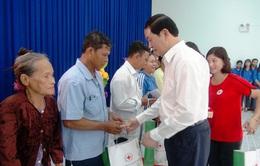 Chủ tịch nước thăm và tặng quà hộ nghèo, gia đình chính sách ở An Giang