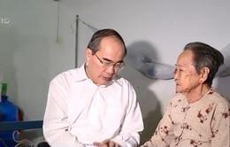 Đồng chí Nguyễn Thiện Nhân tặng quà các gia đình chính sách và hộ nghèo tỉnh Trà Vinh