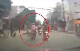 CLIP: Cô gái phóng xe vượt ẩu đâm văng 2 xe máy cùng chiều