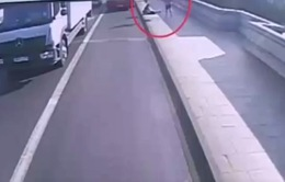 Clip đẩy phụ nữ xuống đường xe bus đang chạy gây phẫn nộ