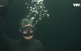 Cô gái lặn dưới mặt hồ băng không cần bình oxy