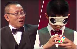"""Nhà báo Lại Văn Sâm ngả mũ bái phục màn xoay Rubik cực """"đỉnh"""" của cậu bé Trung Quốc"""