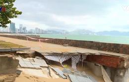 Sóng biển đánh vỡ một góc công viên ở Nha Trang
