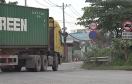 Xe container tung hoành trong giờ cấm