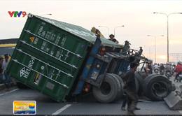 TP.HCM: Thùng container lật ngang cầu, giao thông tê liệt