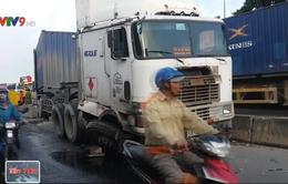 TP.HCM: Xe container cày nát hàng loạt dải phân cách trên Quốc lộ 1