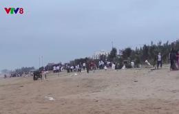 Thanh niên Phú Yên ra quân làm sạch biển sau bão số 12