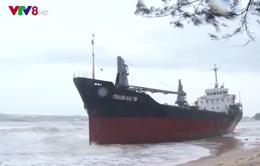 Hút dầu để trục vớt 8 tàu chìm ở biển Quy Nhơn