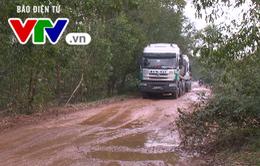 Thừa Thiên - Huế: Xe quá tải băm nát đường, dân bức xúc
