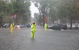 Hà Nội: 100% lực lượng CSGT ứng trực hỗ trợ người dân trong mưa bão