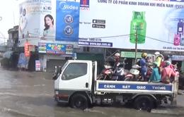 Cảnh sát giao thông TP.HCM dùng xe chuyên dụng chở dân qua vùng ngập