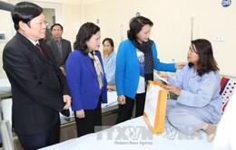 Chủ tịch Quốc hội thăm, tặng quà bệnh nhân Bệnh viện K
