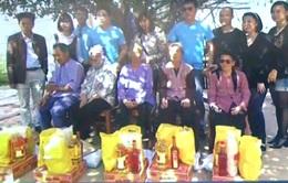 Hội từ thiện mái ấm Việt Nam tại Anh trao quà tại Trại phong Hà Nội