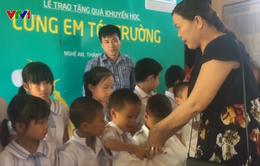 """""""Cùng em tới trường"""" tặng 400 suất quà cho học sinh 2 tỉnh Nghệ An, Hà Tĩnh"""