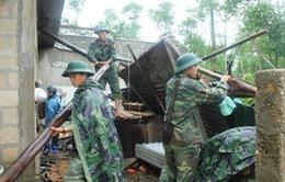 Cán bộ, chiến sỹ Quân khu 4 giúp dân khắc phục hậu quả bão số 10