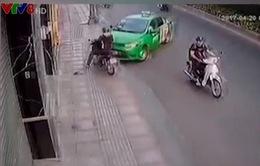 Tài xế taxi dũng cảm truy cản kẻ cướp túi xách