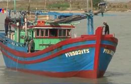 Cứu 2 ngư dân Philippines bị nạn trên biển