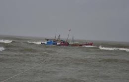 Cứu nạn kịp thời 6 ngư dân trên tàu cá Quảng Bình bị chìm
