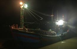 Bình Định: Đưa thuyền viên gặp nạn vào bờ