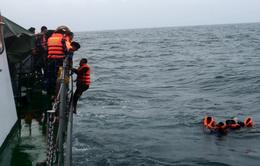 Cứu nạn thành công 9 ngư dân trên tàu bị sóng đánh chìm