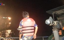 Đưa các nạn nhân tàu cá Bình Định bị đâm chìm vào bờ