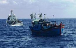 Cứu hộ khẩn cấp tàu cá cùng 6 ngư dân gặp nạn trên biển