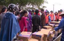Hàng cứu trợ chuyển về người dân vùng lũ