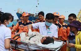 Tàu cứu hộ 30 giờ vượt biển cứu ngư dân bị tai biến