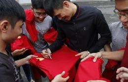 Lê Công Vinh trực tiếp bán vé, ký tặng người hâm mộ TP.HCM