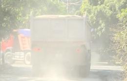 """Khánh Hòa: Khu dân cư """"chìm"""" trong bụi trắng từ xe chở đất đá"""