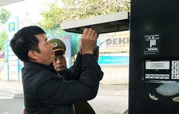 Dán tem cột đo xăng dầu bước đầu chống thất thu thuế