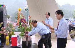 Thủ tướng dâng hương tưởng niệm các liệt sỹ Tây Tiến