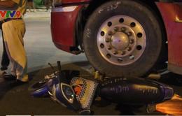 Xe đầu kéo cán nát xe máy, 2 vợ chồng nguy kịch