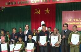 Đồng chí Nguyễn Văn Bình tặng quà Tết cho các gia đình chính sách