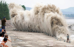 Người dân Trung Quốc đổ xô thử cảm giác mạnh bên kè chắn sóng