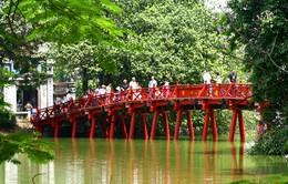Cung cấp áo choàng miễn phí cho du khách tham quan đền Ngọc Sơn