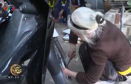 Cụ bà gần 90 tuổi vẫn cần mẫn với công việc vá xe