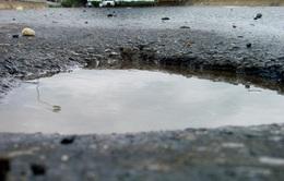 Đường gom đại lộ Thăng Long xuống cấp