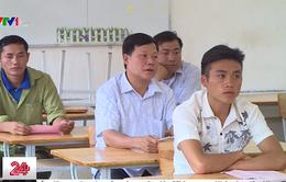 Nhiều thí sinh lớn tuổi ở miền núi đi thi THPT Quốc gia