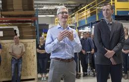 """Đuổi hình"" bắt iPhone 8 qua… túi quần của CEO Apple"