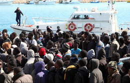 Hàng trăm người di cư bị chặn lại ngoài khơi Libya