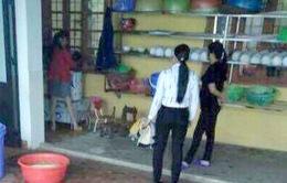 Tạm đình chỉ công tác Hiệu trưởng dọa cho trẻ vào máy vặt lông gà