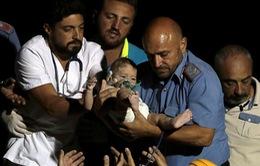 Bé 7 tháng tuổi sống sót kỳ diệu sau động đất ở Ischia (Italy)