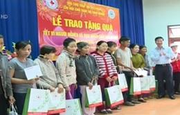 Đồng chí Võ Văn Thưởng tặng quà Tết cho đồng bào nghèo ở Quảng Ngãi