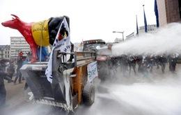 Nông dân Bỉ biểu tình bằng... sữa bột