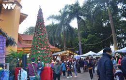 Người dân háo hức mua sắm tại các hội chợ cuối năm