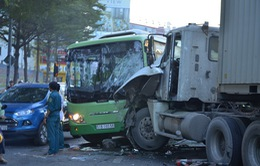Xe container tông xe bus, 10 người bị thương
